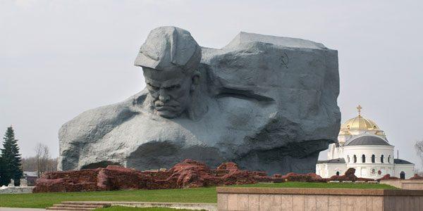 Мемориальный комплекс Брестская крепость-герой смостоятельно на машине.