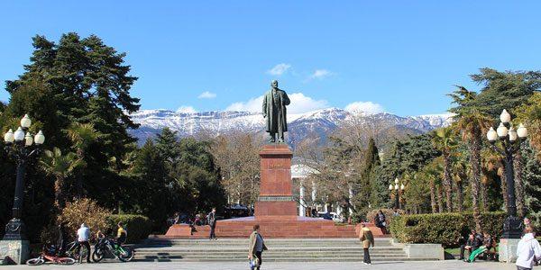 Памятник-Ленину