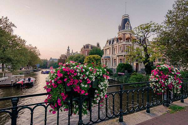 Столица Голландии в июне.