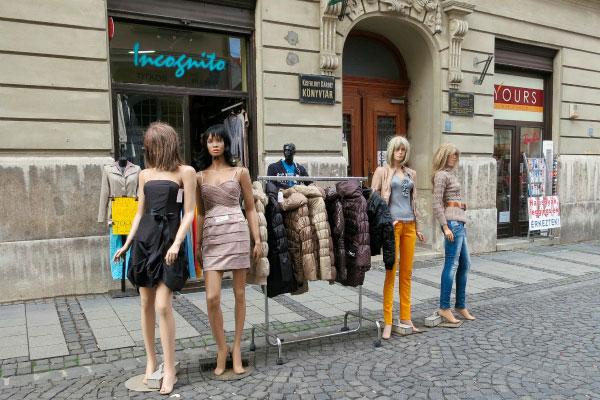 Манекены у магазина одежды.
