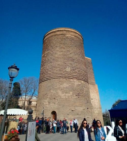 Туристы у башни.