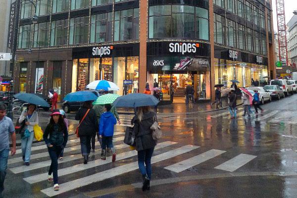 Люди под дождём.