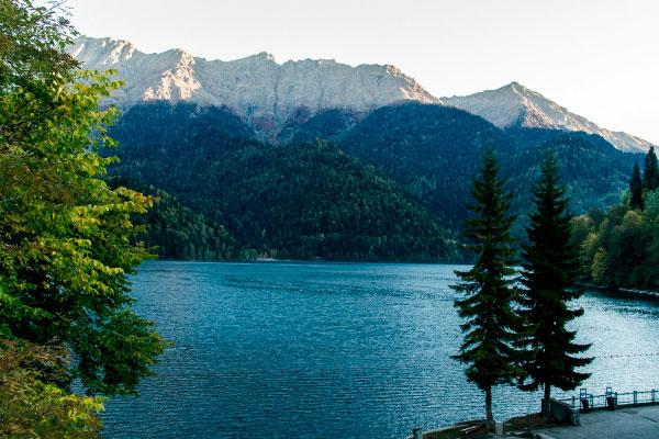 Вид на озеро Рицца.
