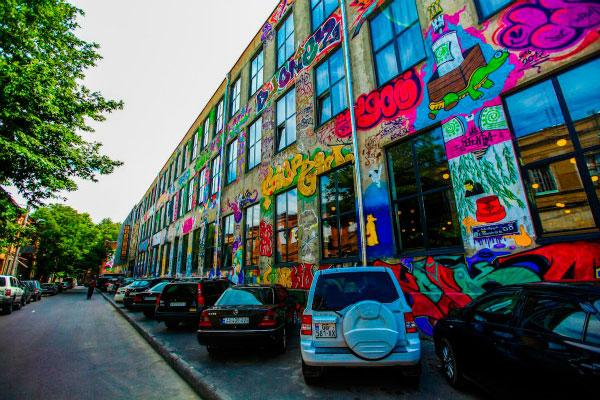Графити на стенах фабрики.