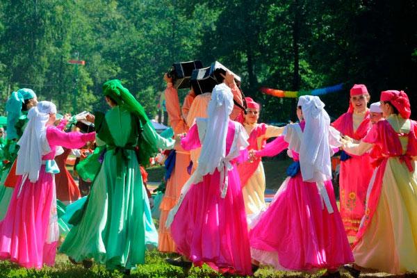 Девушки в татарских нарядах.