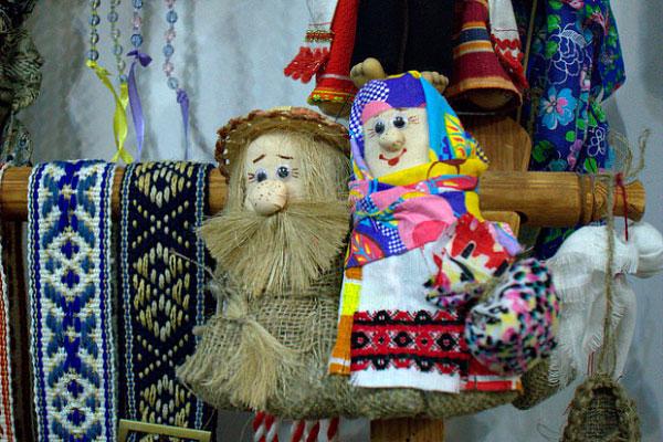 Куклы в белорусских костюмах.