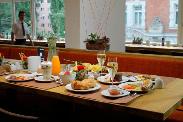 Обед в ресторане отеля Zeitgeist Vienna.