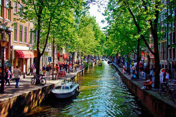 Столица Нидерландов в июле.