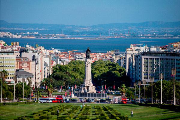 Столица Португалии в июле.