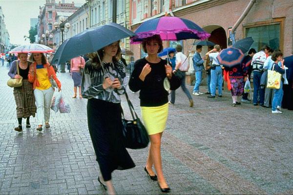 Девушки под дождём.