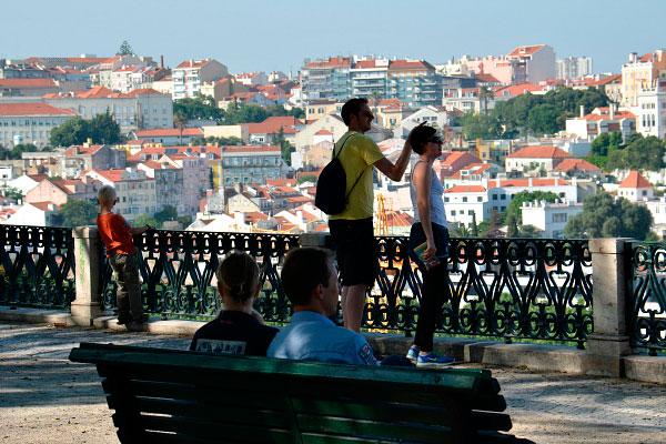 Туристы на площадке.