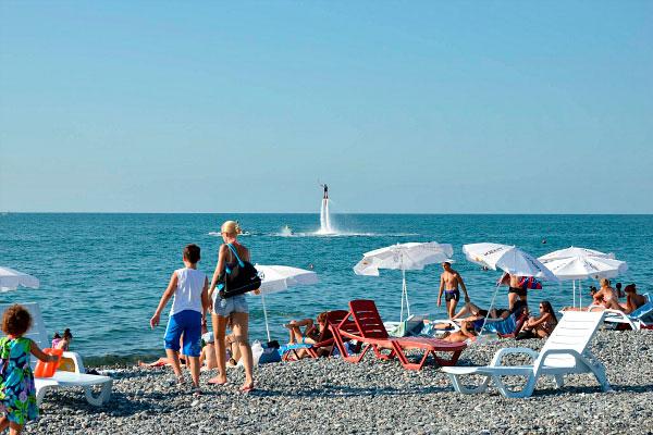 Туристы на пляже.