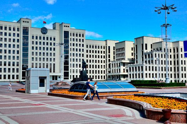 Памятник на площади.