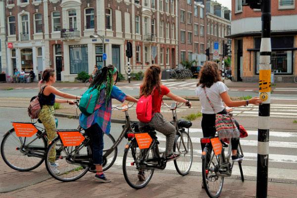 Девочки на велосипедах.