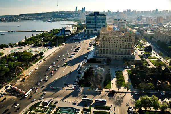 Столица Азербайджана в июле.