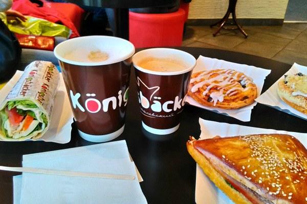 Кофе и булка.