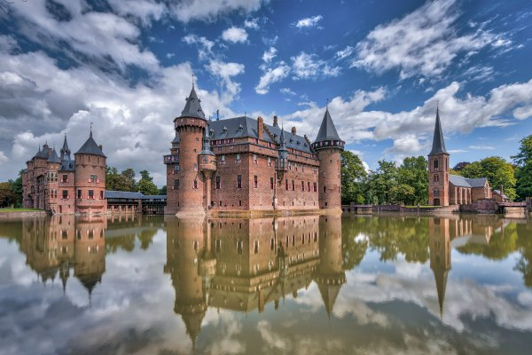 Замок у воды.