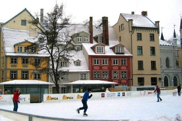 На коньках.