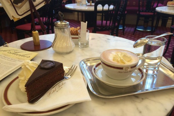 Кофе и пирожное.