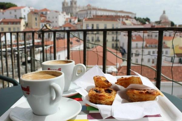 Пирожные и кофе.