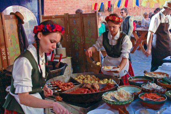 Сосиски на фестивале.