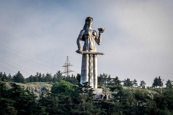 Памятник в Тбилиси.