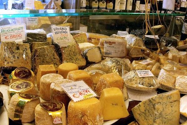 Сыр на рынке.