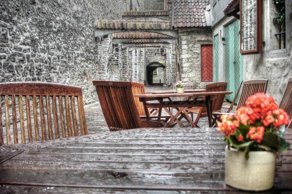 Кафе в переулке.