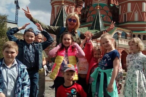 Экскурсовод с детьми.