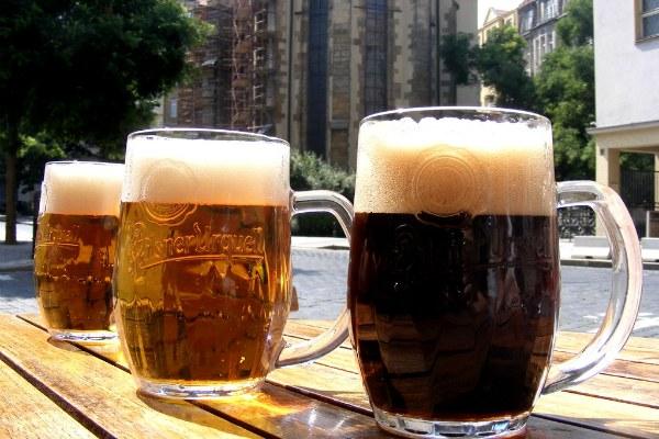 Пиво в летнем кафе.