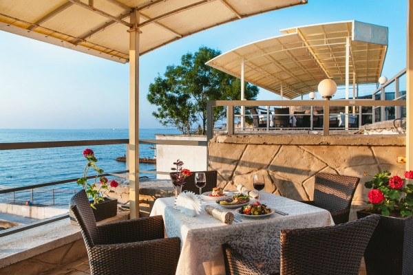 Ресторан у моря.