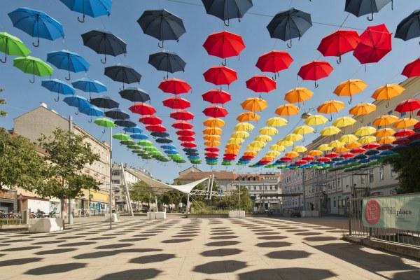 Зонтики над улицей.