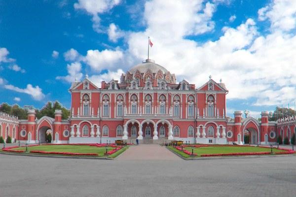 Петровский дворец.