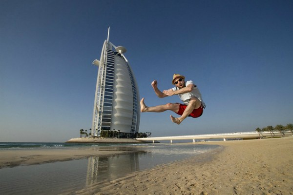Прыгает на пляже.