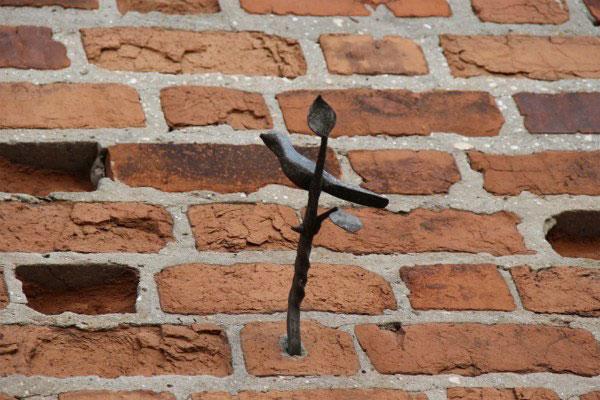 Скульптура птичка.