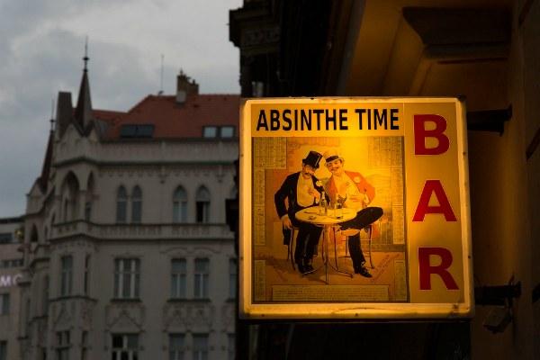 Абсент в баре.