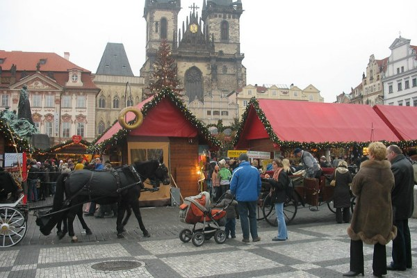 Рождественская ярмарка на площади.