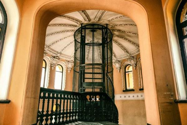 Парадная лестница и лифт.