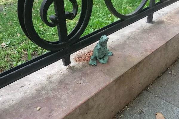 Скульптура. Лягушка.