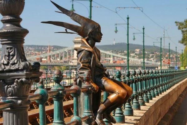 Скульптура сидящий мальчик.