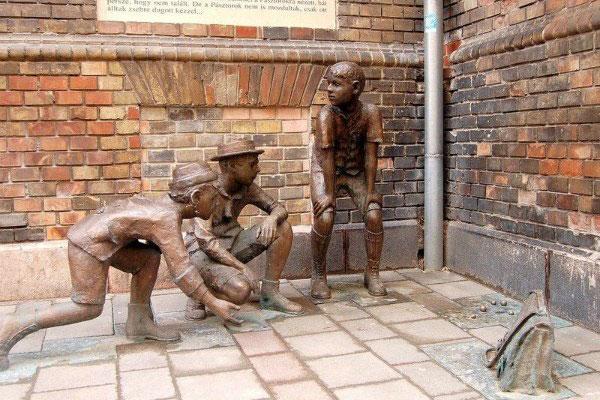 Скульптура мальчишек.