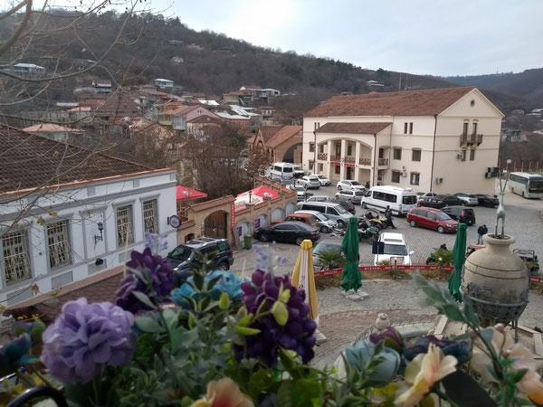 Горное селение в Грузии радо туристам.