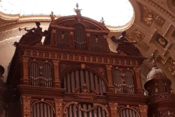 Орган в церкви.