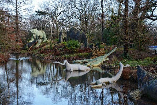 Динозавры в парке.