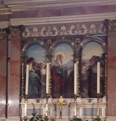 Иконы в храме.