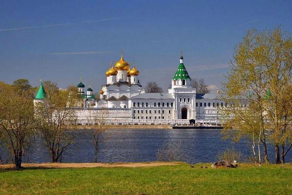 Ипатьевский монастырь в апреле.