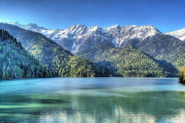 Горное ледниковое озеро Рица.