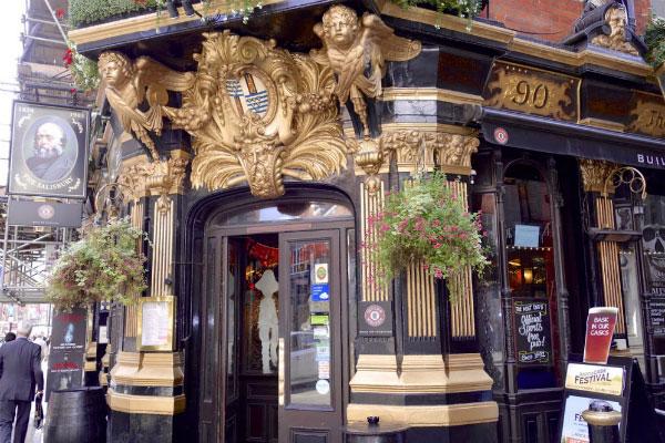 Старинный бар.
