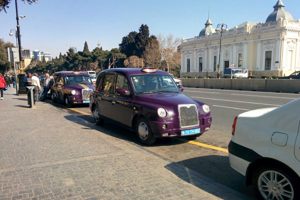 Такси баклажанового цвета.