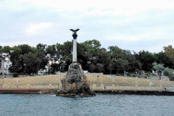 Памятник на набережной.